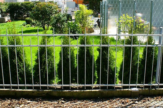 zaun zaun abgestufter auf sockel amazonde m x m bambusmatte zaun sichtschutz matte. Black Bedroom Furniture Sets. Home Design Ideas
